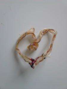 Coeur. Matière première: cordon ombilical séché. C'est de l'art. À conserver précieusement et à porter en pendentif le jour du mariage du chérubin concerné.