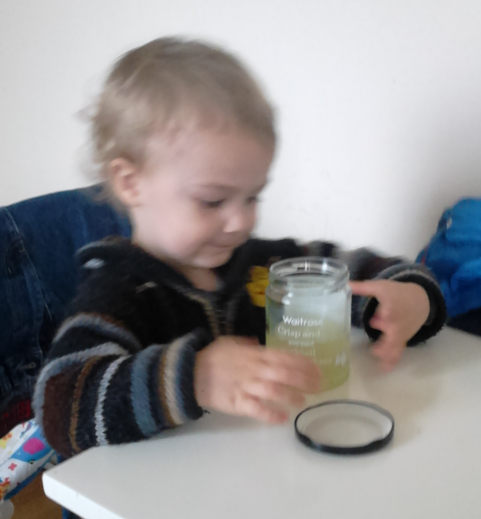 enfant mange cornichons