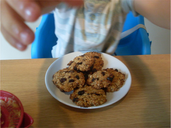 enfant mange des cookies véganes