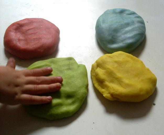 Pâte à modeler maison en couleurs